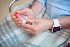 Vieux patient féminin tenant la médecine Photos libres de droits