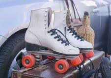 Vieux patin de rouleau du ` s de femmes blanches photos libres de droits