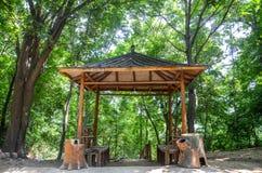 Vieux pavillon dans la forêt Image stock