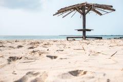 Vieux pavillon sur la plage Photographie stock libre de droits