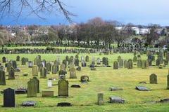 Vieux paysage anglais de cimetière dans le jour ensoleillé, herbe verte Photos stock