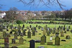 Vieux paysage anglais de cimetière dans le jour ensoleillé, herbe verte Photographie stock libre de droits