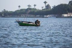 Vieux pêcheur sur Nile River en Egypte Photos stock