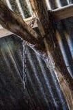 Vieux pendre à chaînes des faisceaux de toit images stock