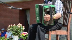 Vieux petit accordéon banque de vidéos