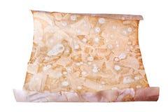 Vieux petit pain de papier brun sur la fin blanche de fond, création d'imprimés antique de rouleau, l'espace de copie, lettre ant photographie stock