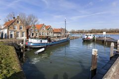 Vieux petit port et maisons historiques Photo libre de droits