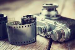 Vieux petits pains de film de photo, cassette et rétro appareil-photo, foyer sélectif Photos stock