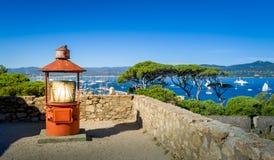 Vieux phare à la forteresse maritime de musée de Saint Tropez image stock