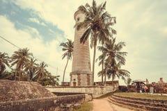 Vieux phare dans le paysage tropical d'arbres de la ville historique Photographie stock