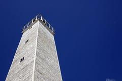 Vieux phare en bois sous le ciel bleu Photographie stock libre de droits