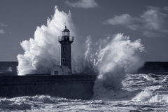 Vieux phare infrarouge sous la tempête lourde Photos libres de droits