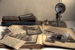 Vieux photos, carte postale, lettres, album et livre. photos stock