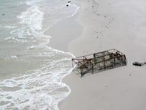 Vieux piège de crabe en plage de sable Photographie stock