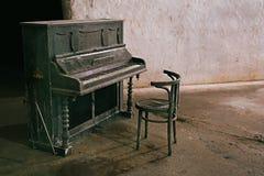 Vieux piano abandonné Photographie stock libre de droits