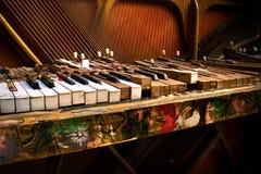 Vieux piano cassé Photos stock