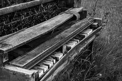 Vieux piano dans le pré Images libres de droits