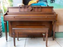 Vieux piano de vintage en café pour la musique image stock