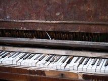 Vieux piano nécessitant la réparation Image stock