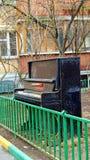 Vieux pianoforte abandonné dehors Images libres de droits