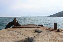 Vieux pilier attendant amarrant le bateau Photo libre de droits