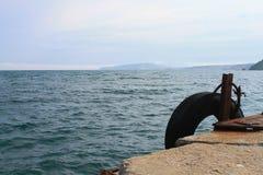 Vieux pilier attendant amarrant le bateau Photographie stock libre de droits