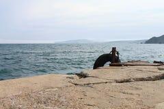 Vieux pilier attendant amarrant le bateau Photos libres de droits