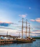 Vieux pilier de ville avec le bateau de navigation à Oslo, Norvège photos stock