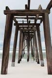 Vieux pilier en bois endommagé Photos stock