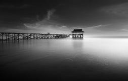 Vieux pilier isolé à marée basse Photo libre de droits