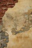 Vieux plâtre superficiel par les agents sur le mur de briques Photo libre de droits