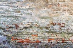 Vieux plâtre sur le mur de briques photos stock