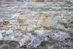 Vieux plâtre sur le mur de briques Photographie stock