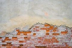 Vieux plâtre sur le mur de briques image libre de droits
