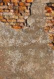 Vieux plâtre sur un mur de briques rouge Photos libres de droits