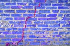 Vieux plan rapproché cassé de mur de briques, image modifiée la tonalité dans la couleur bleue photo stock