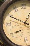 Vieux plan rapproché d'horloge Photo stock