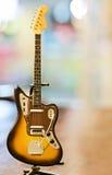 Vieux plan rapproché de jouet de guitare Images libres de droits