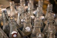 Vieux plan rapproché vide de bouteilles - goulots d'étranglement des bouteilles de soude de vintage Images libres de droits