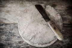 Vieux planche à découper et couteau en bois Photographie stock