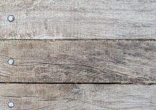Vieux plat en bois de trois planches avec des têtes, la texture ou le fond de clou images libres de droits