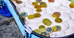 Vieux plateau de violon avec d'euro pièces de monnaie données images libres de droits