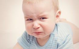 Vieux pleurer de huit mois de bébé photo stock