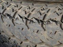 Vieux pneu criqué Photo stock