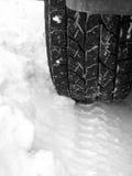 Vieux pneu de camion dans la neige fraîche Images stock