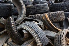 Vieux pneu de noir de roue Images stock