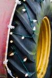 Vieux pneu de tructor couvert de lumières sur le marché de ferme de pays photo stock