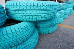 Vieux pneu de voiture peint avec la couleur de turquoise Photographie stock libre de droits