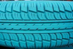 Vieux pneu de voiture peint avec la couleur de turquoise Photos stock