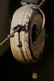 Vieux pneu, plage Images libres de droits